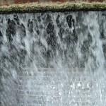 caduta di acqua in una torre evaporativa